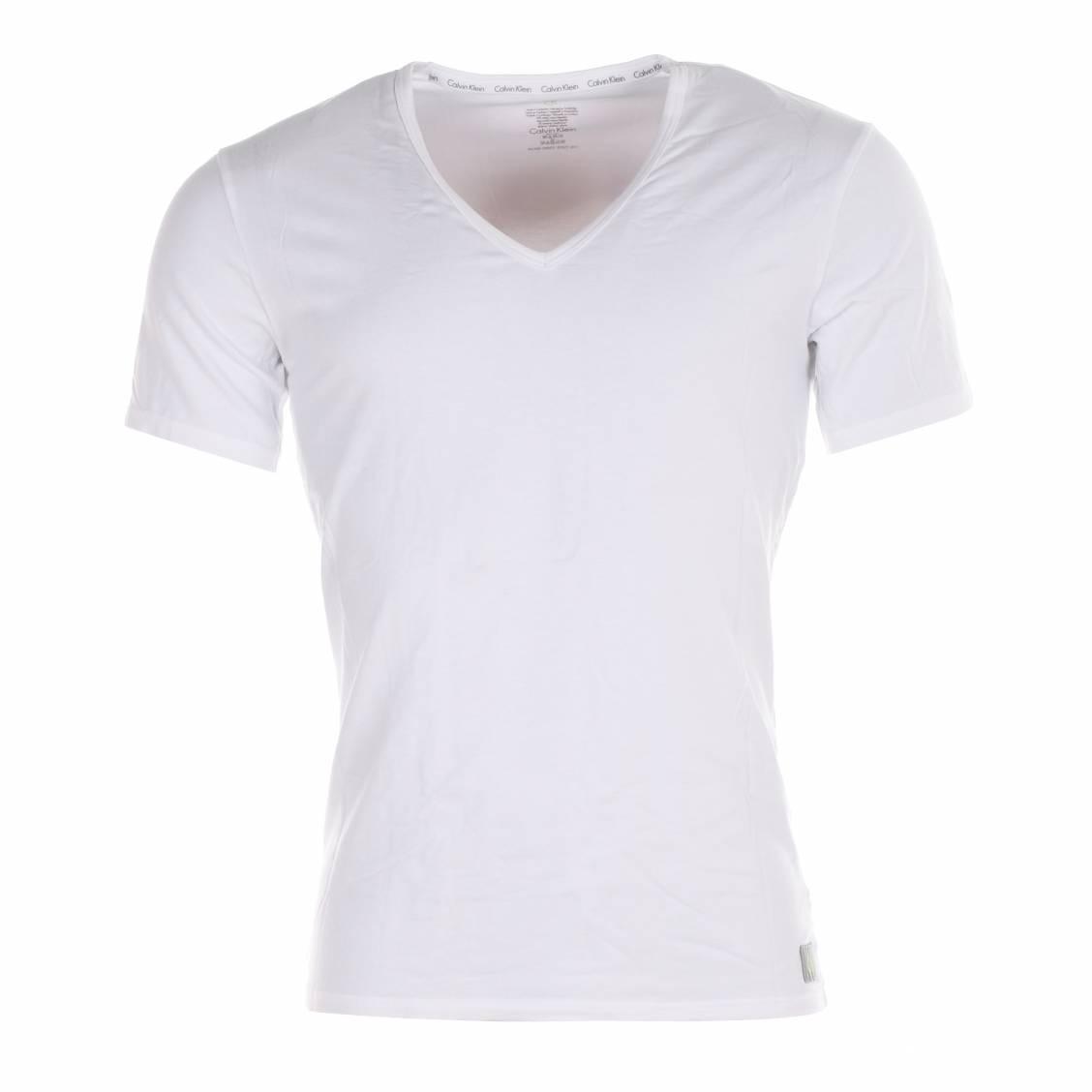 T shirt blanc col v, un classique qui fonctionne toujours aussi bien