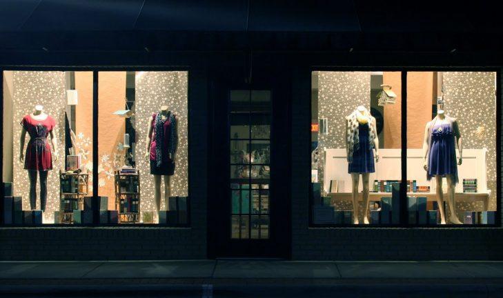 vitrine de magasin j ai trouv une bonne boutique pour acheter du mat riel. Black Bedroom Furniture Sets. Home Design Ideas